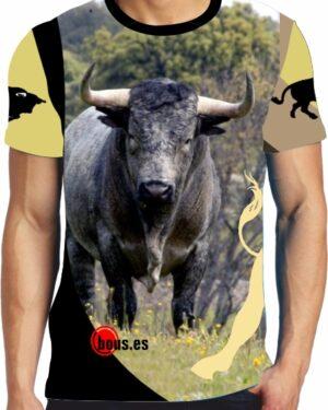 Camiseta taurina con toro en el campo