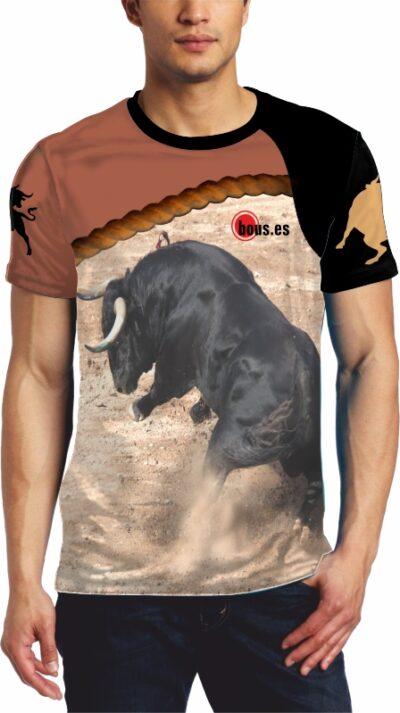 Camiseta estilo concurso de recortes con toro bravo embistiendo